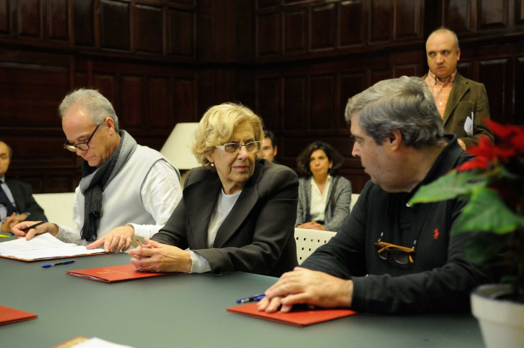 Ignacio Herrero Sec. Sector Local conversa con la Alcaldesa M. Carmena durante la firma