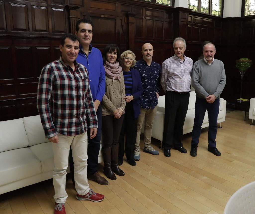 Miembros de la Plataforma Sindical con Manuela Carmena